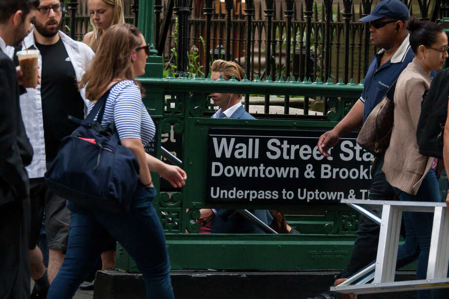 Pedestrians pass the Wall Street subway station near the New York Stock Exchange in New York on June 22, 2018. Photo: Bloomberg Photo By Michael Nagle. / © 2018 Bloomberg Finance LP