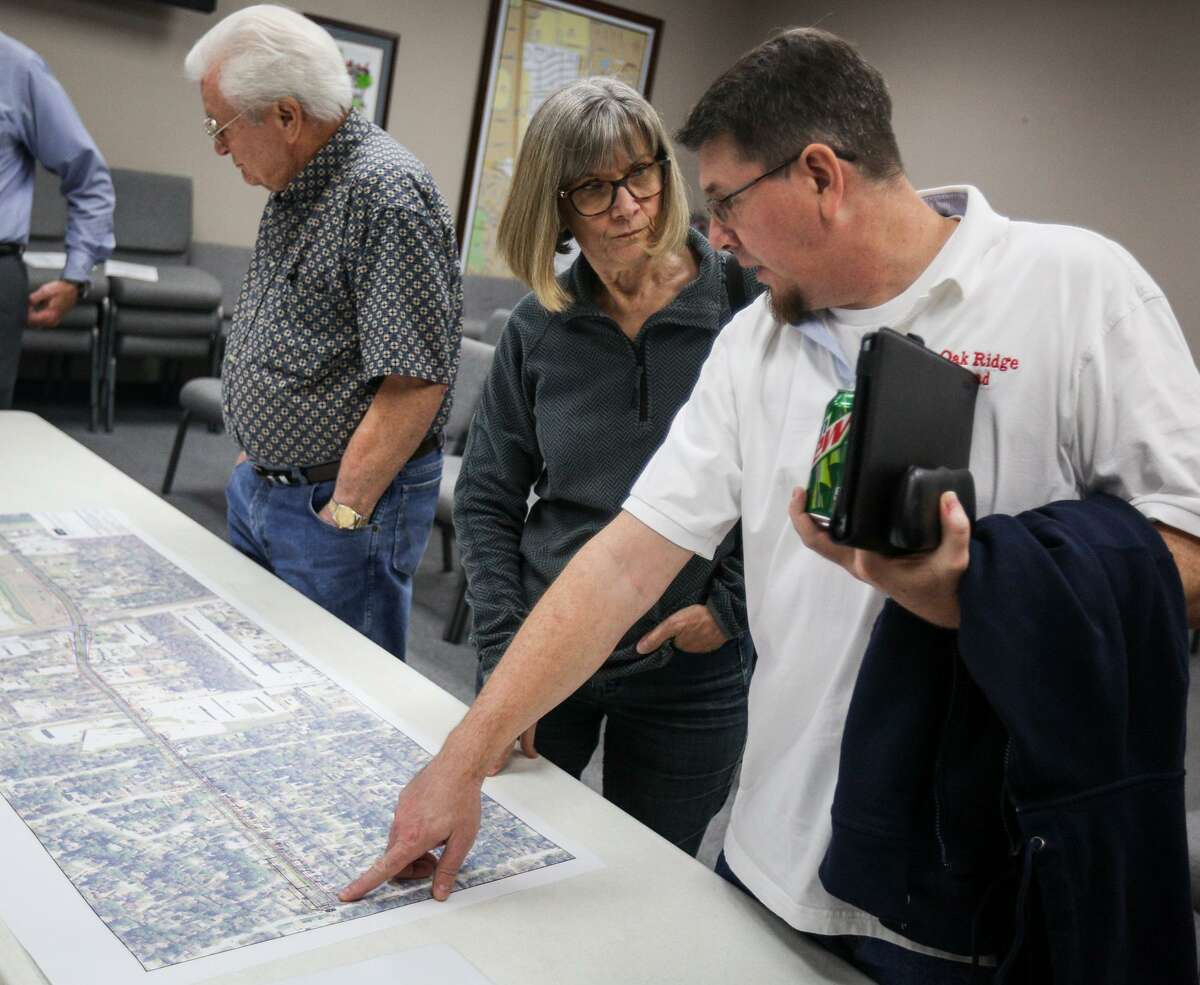 Oak Ridge North resident Joleene Custer speaks with city councilman Alex Jones during the a meeting about the widening of Robinson Road on Monday, Jan. 30, 2017, at the Oak Ridge North City Hall.