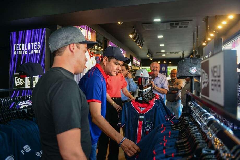 La tienda cuenta con productos oficiales de la marca que viste a los Tecolotes New Era Cap Co. Photo: Foto De Cortesía /Gobierno De Nuevo Laredo