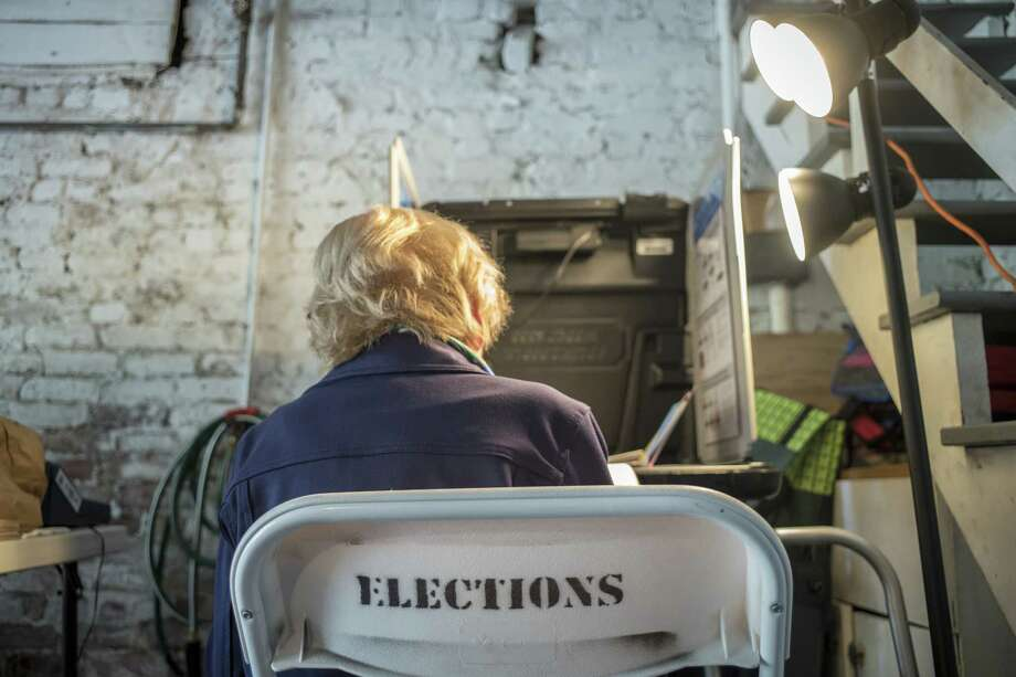 A voter marks a ballot at a polling station in San Francisco on June 5, 2018. Photo: Bloomberg Photo By David Paul Morris. / © 2018 Bloomberg Finance LP