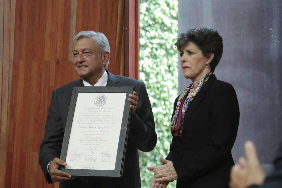 Andrés Manuel López Obrador, presidente electo de México, sostiene un documento que lo certifica oficialmente como el ganador en las pasadas elecciones presidenciales del 1 de enero. Photo: Associated Press / TEPJF