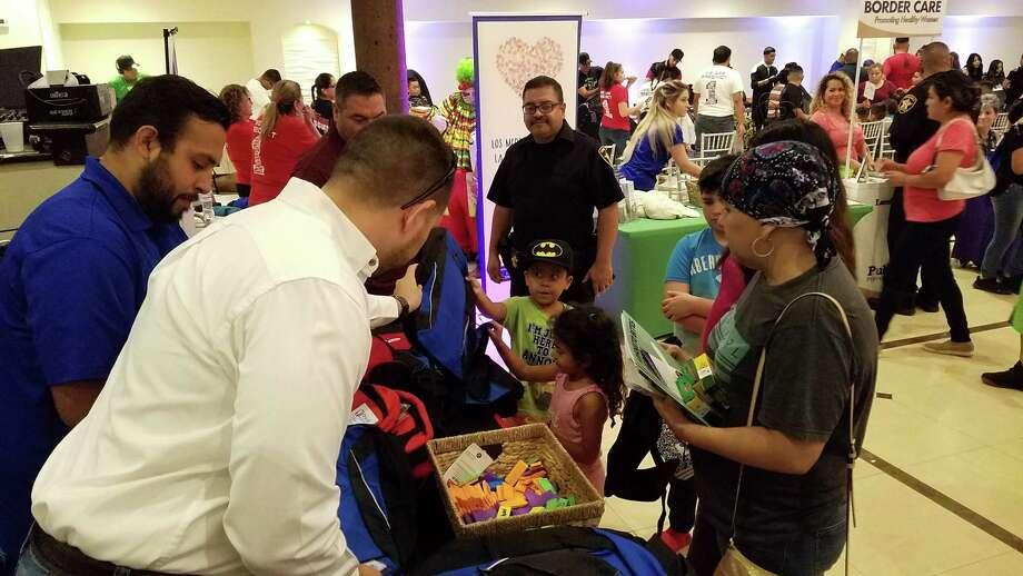 Treinta y cinco puestos de información estuvieron presentes para regalar útiles escolares. Photo: César G. Rodríguez / Laredo Morning Times