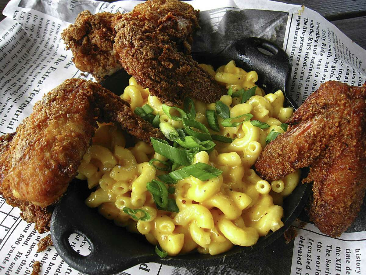 Jerk chicken wings with macaroni and cheese