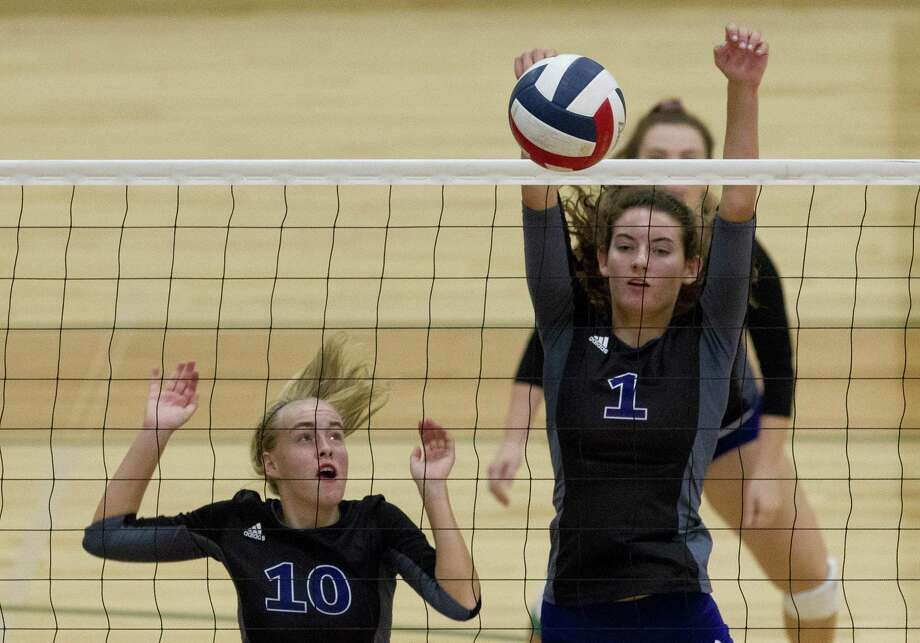 Willis' Isabelle Sundquist (10) and Makayla Bane (1) block a shot in the first set of a match during the Huntsville volleyball tournament at Huntsville High School on Saturday, Aug. 11, 2018, in Huntsville. Photo: Jason Fochtman, Staff Photographer / Houston Chronicle / © 2018 Houston Chronicle