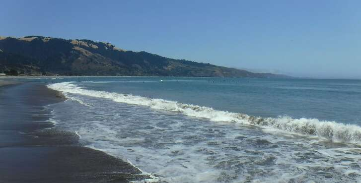 A spur from the main road in Bolinas leads to access to this gorgeous wave-swept beach with good surfing, kayaking and paddling on a SUP