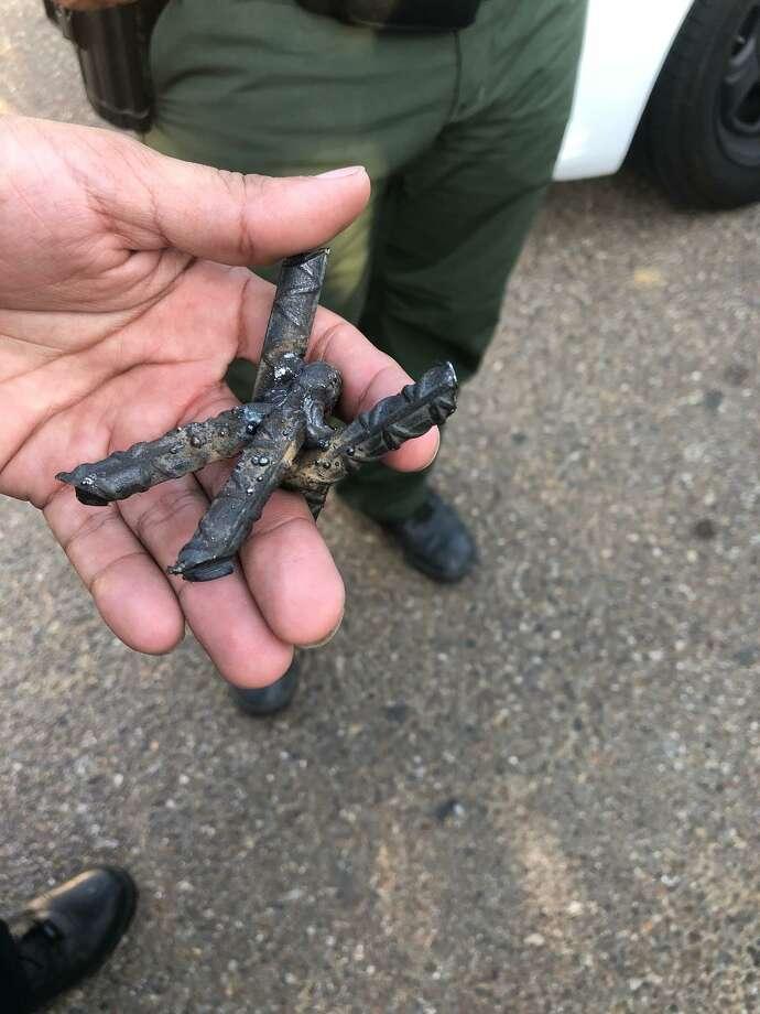 """La fotografía muestra uno de los """"poncha llantas"""" que los acusados utilizaron para detener a agentes de la Patrulla Fronteriza durante una persecución. Photo: Foto De Cortesía"""