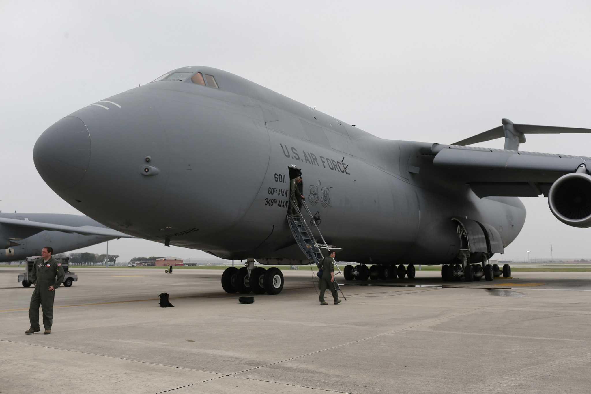 Permukaan video pesawat kargo C-5 besar yang mendarat di San Antonio tanpa peralatan hidung