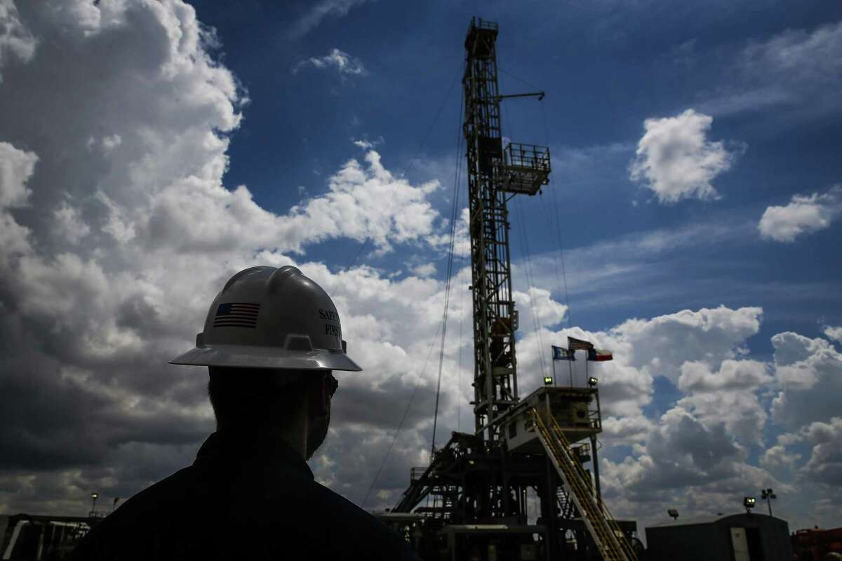 A Diamondback Energy oil rig drills for oil and gas Wednesday, Sept. 14, 2016 outside of Midland. The U.S. rig count rose for the sixth straight week as drilling activity slowly returns to the oil patch. ( Michael Ciaglo / Houston Chronicle )