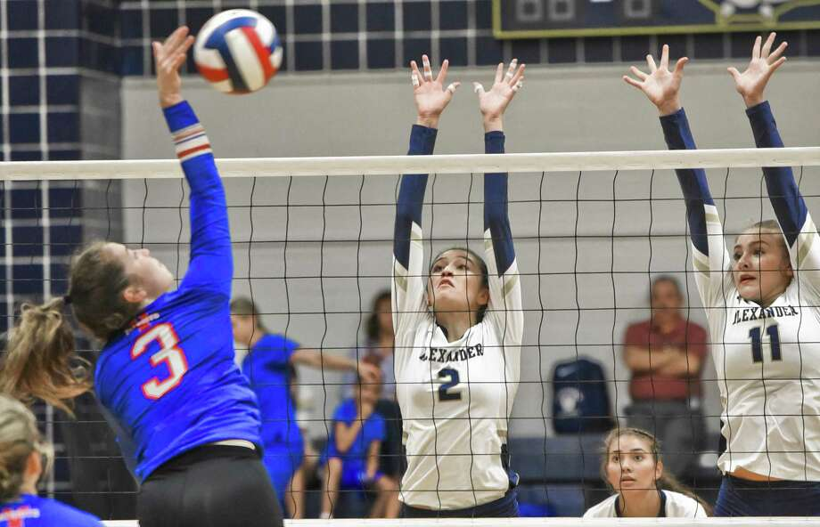 Anali Santos (2), Kayra Guajardo (11) and the Alexander volleyball team fell 3-1 on Tuesday afternoon to Mission Veterans. Santos had nine kills on the day for the Lady Bulldogs, which fell to 4-6 in 2018. Photo: Danny Zaragoza / Laredo Morning Times / Laredo Morning Times