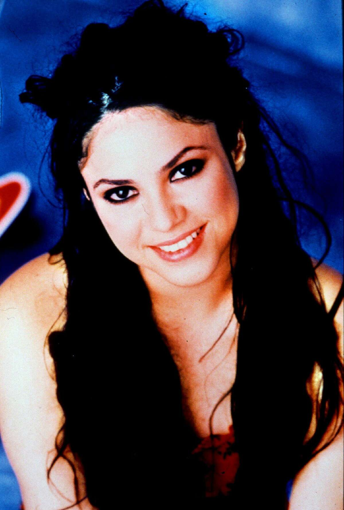 creidt: El Universal archive Blonde or brunnete? Colombian singer was brunnete at the beginning of her career, now she's blonde. La Voz SHAKIRA:LA CANTANTE COLOMBIANA SHAKIRA,QUE HOY PRESENTO SU NUEVO DISCO