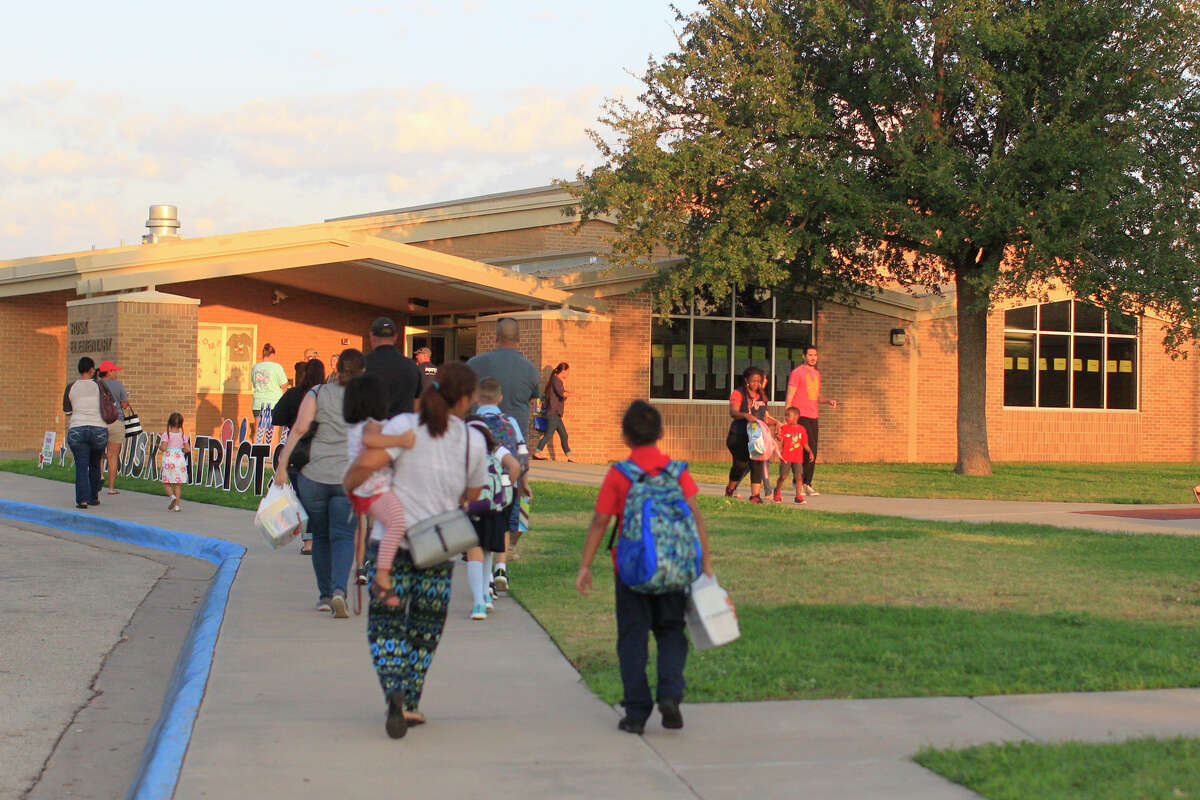 FILE PHOTO: Families drop off children at Rusk Elementary for the first day of school Aug. 15, 2018. James Durbin/Reporter-Telegram