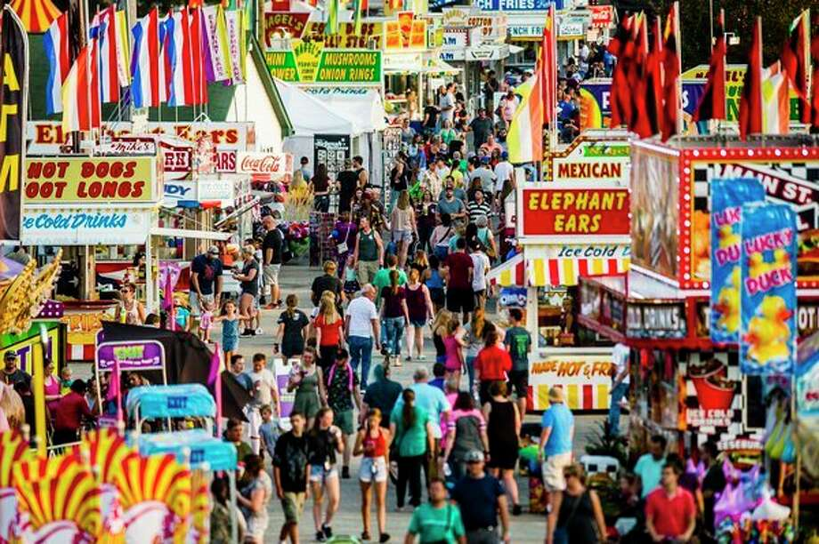 Crowds wander through the midway on Tuesday at the Midland County Fairgrounds. (Katy Kildee/kkildee@mdn.net)