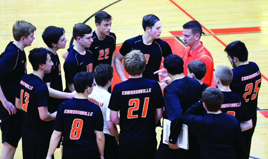 Scott Smith, right, talks to the Edwardsville boys' volleyball junior varsity team during a match. Smtih was named head coach of the varsity team on Monday. Photo: Matthew Kamp