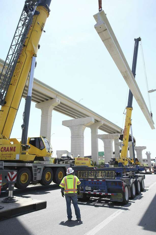 Teams led by Webber Construction hoist 50 ton beams into place as erection of the southbound US281 ramp to 1604 east continues on July 21, 2018. Photo: Tom Reel, Staff / Staff Photographer / 2017 SAN ANTONIO EXPRESS-NEWS