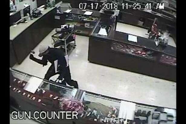 La Agencia de Alcohol, Tabaco, Armas de Fuego y Explosivos declaró que este hombre robó cuatro revólveres de la casa de empeño El Bufalo Pawn al sur de Laredo.