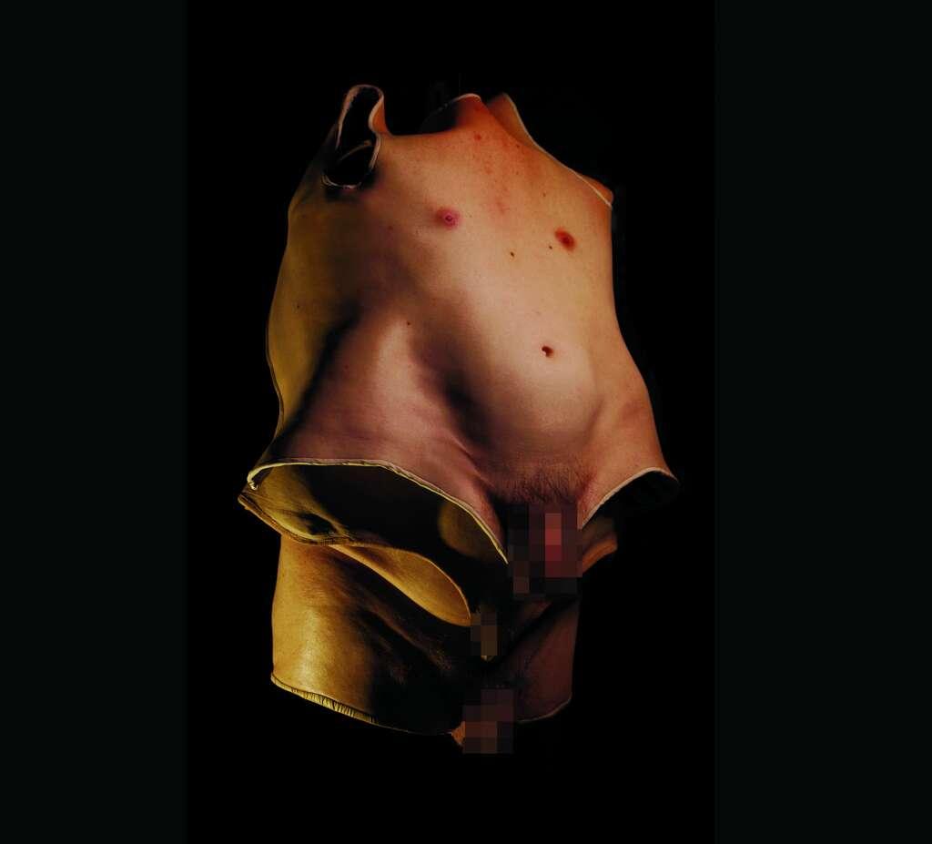 """La exposición """"BODYSUITS"""" del escultor Sarah Sitkin en el Museo de la Salud en Houston muestra una imagen inquebrantable de la imagen corporal con trajes ponibles moldeados de cuerpos reales utilizando silicona y látex.  Es parte de una exposición más grande en el museo sobre imagen corporal y estándares de belleza.  (NOTA: Estas son versiones censuradas de las obras de arte anatómicamente correctas expuestas en el museo.) Foto: Sarah Sitkin"""
