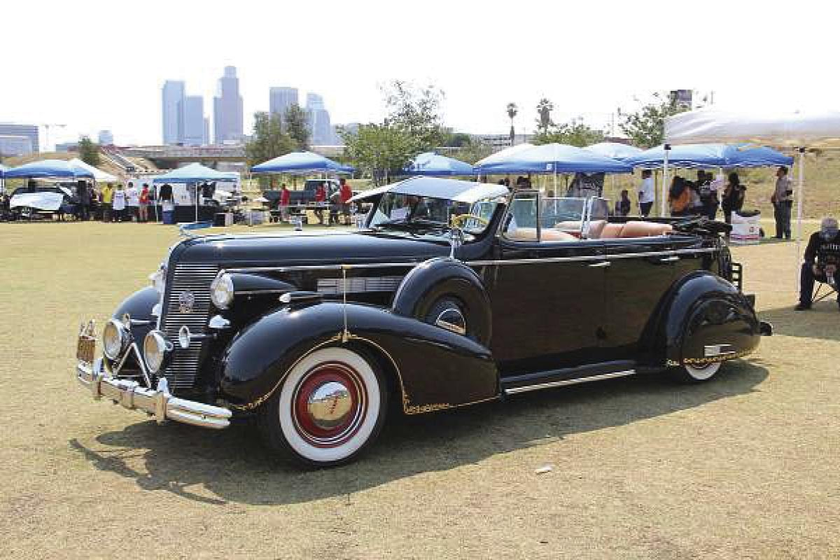 Classic American cars gather at historic park in Los Angeles