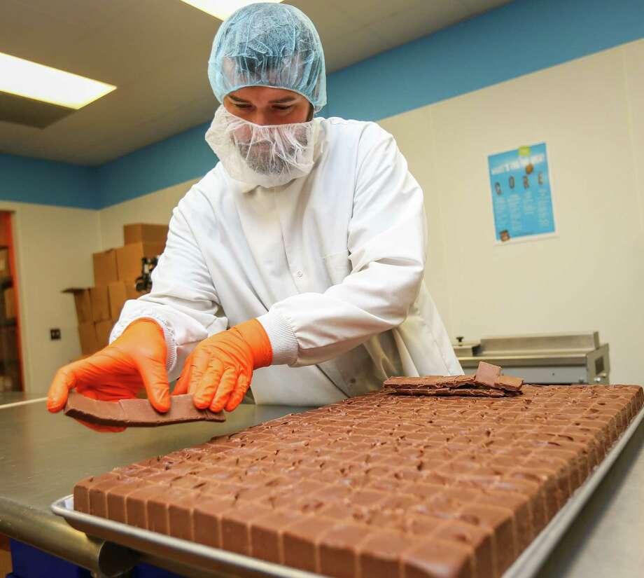Aaron Fleming, Big Little Fudge Operations Manager, cuts fresh fudge on Friday in Montgomery. Photo: Michael Minasi, Staff Photographer / Houston Chronicle / © 2018 Houston Chronicle