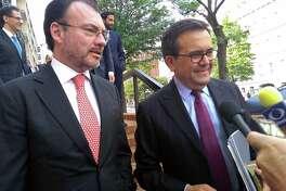 El Secretario de Relaciones Exteriores de México, Luis Videgaray, izquierda, y el Secretario de Economía de México. hablan a la prensa, después de reunirse con funcionarios estadounidenses en el edificio de la Oficina del Representante de Comercio de Estados Unidos, al reanudar negociaciones sobres el Tratado de Libre Comercio de Norteamérica, en Washington, el 15 de agosto de 2018.