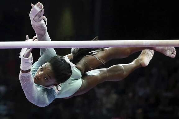 Simone Biles started off Sunday with a victory in the uneven bars, the only event in which she did not reach the finals in the 2016 Olympics in Rio de Janeiro.