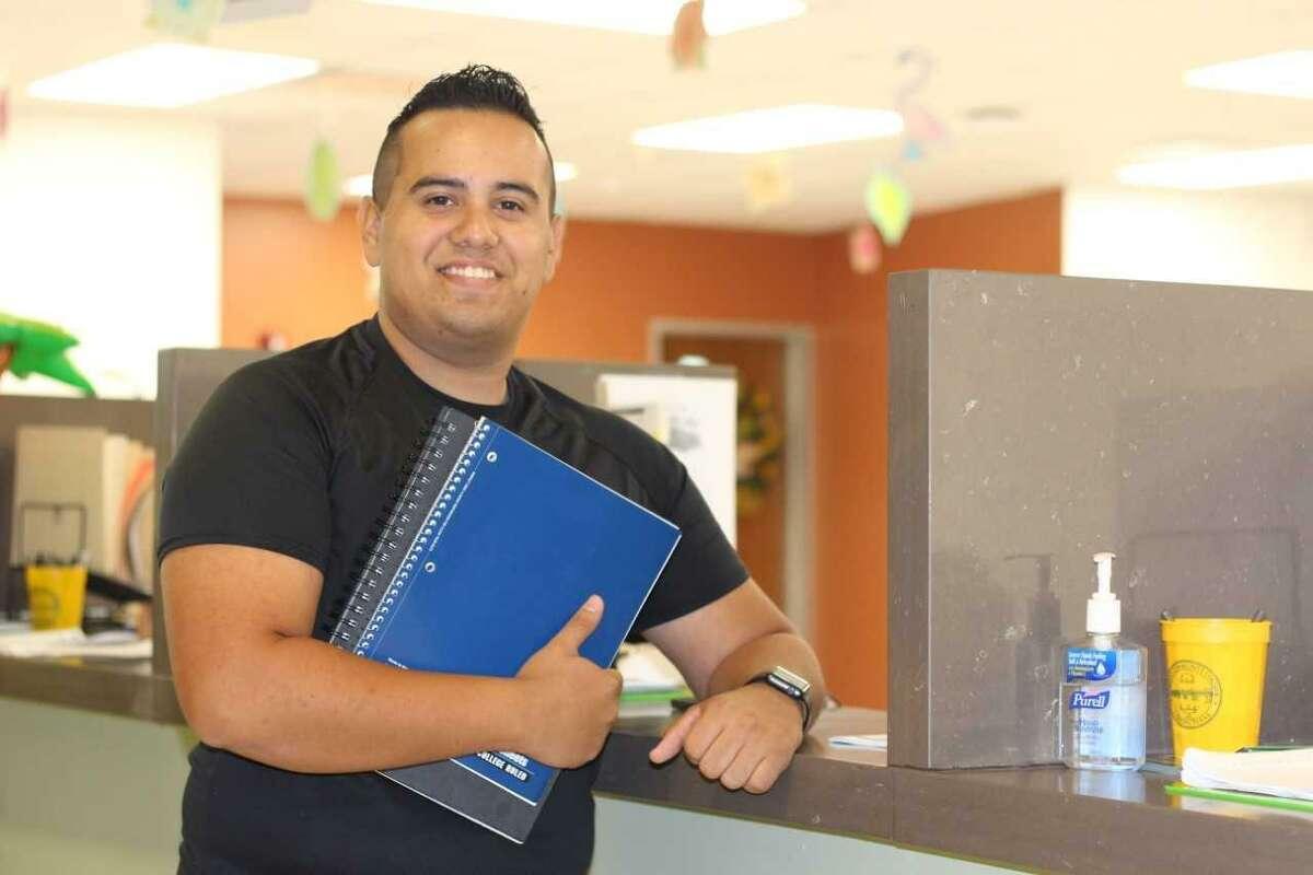 Un estudiante de Laredo College posa para una fotografía en la biblioteca después de inscribirse para el semestre 2018.