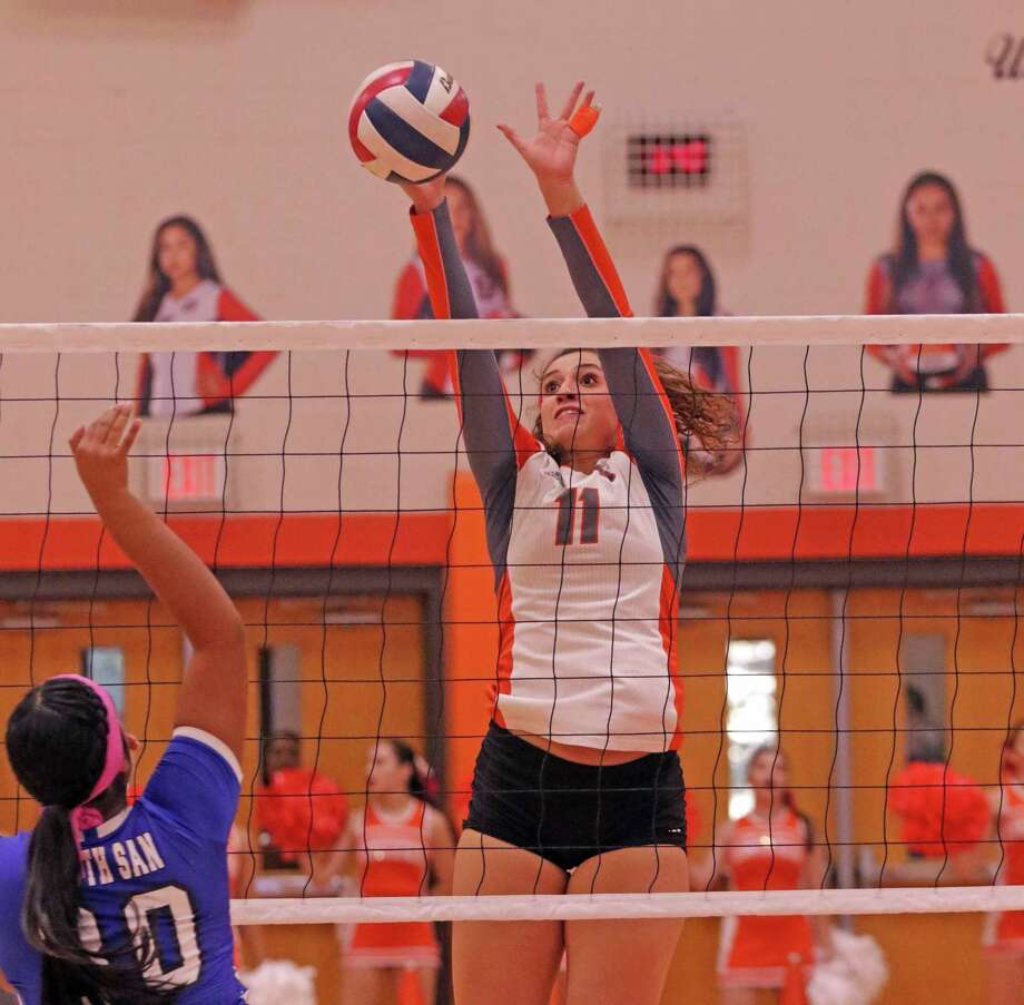 Lauren Arzuaga and United are attempting to build on their 11-3 start hosting Reagan at 6 p.m. Tuesday. Photo: Clara Sandoval / Laredo Morning Times
