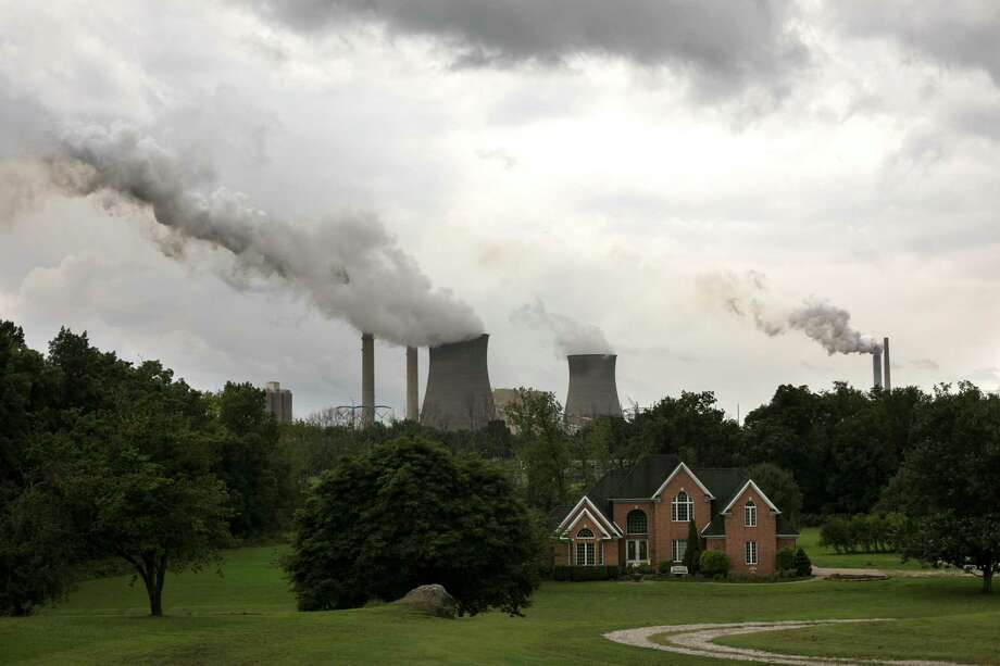 Steam billows from the coal-fired Gavin Power Plant in Cheshire, Ohio, Aug. 21, 2018. The Trump administration unveiled its overhaul of pollution rules for coal-fired power plants, and its analysis shows an increase of up to 1,400 premature deaths annually. (Maddie McGarvey/The New York Times) Photo: MADDIE MCGARVEY / NYTNS