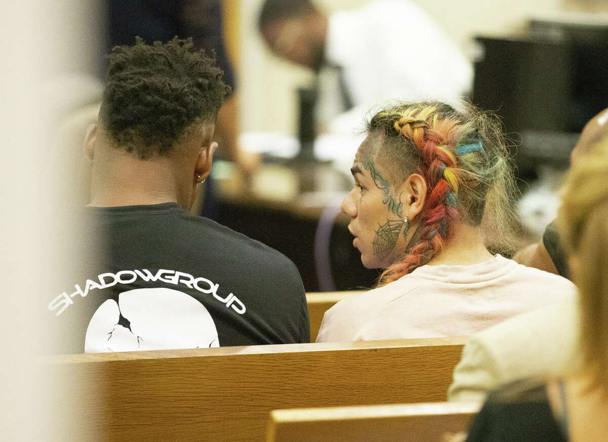 HOUSTON, TX - AUGUST 22: Tekashi69 arrives for his arraignment on assault charges in County Criminal Court #1 at the Harris County Courthouse on August 22, 2018 in Houston, Texas.