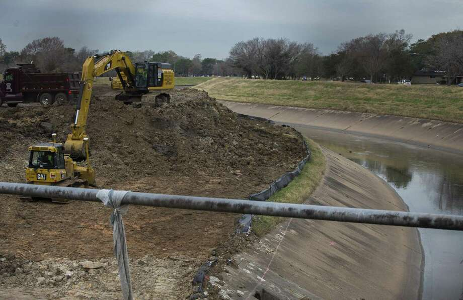 An excavator works on an area along Brays Bayou just outside the 610 Loop in the Meyerland area, Thursday, Jan. 18, 2018, in Houston. ( Mark Mulligan / Houston Chronicle ) Photo: Mark Mulligan, Houston Chronicle / Houston Chronicle / © 2018 Houston Chronicle