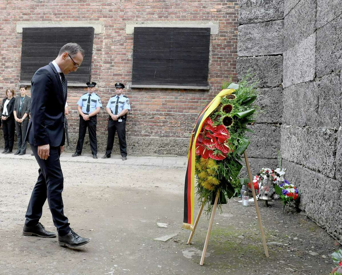 German Foreign Minister Heiko Maas lays a wreath at the death wall in the former German concentration camp Auschwitz on August 20, 2018. (Photo by JANEK SKARZYNSKI / AFP)JANEK SKARZYNSKI/AFP/Getty Images