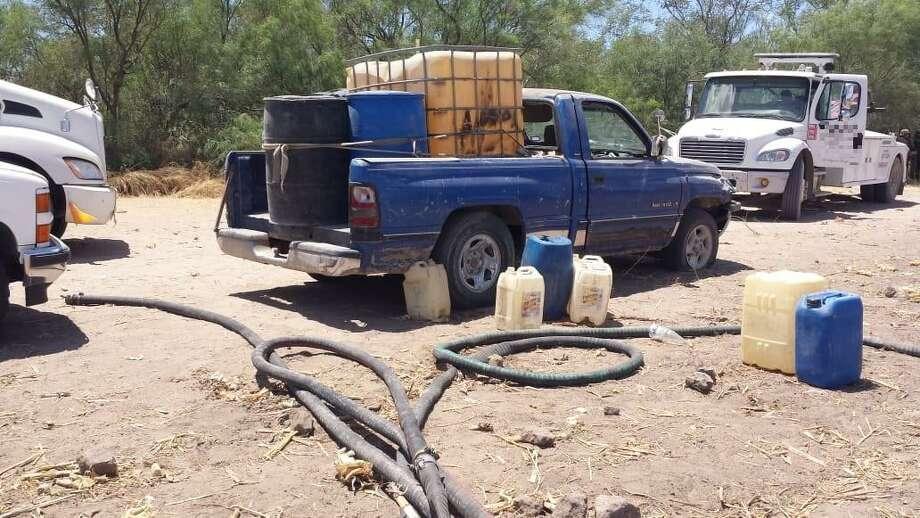 Una camioneta Dodge RAM, color azul marino, sin placas, con número de serie ilegible, fue uno de los ocho vehículos decomisados por la Policía Estatal el miércoles 22 de agosto y que contenían 5.400 litros de combustible. Photo: Foto De Cortesía /PGJE