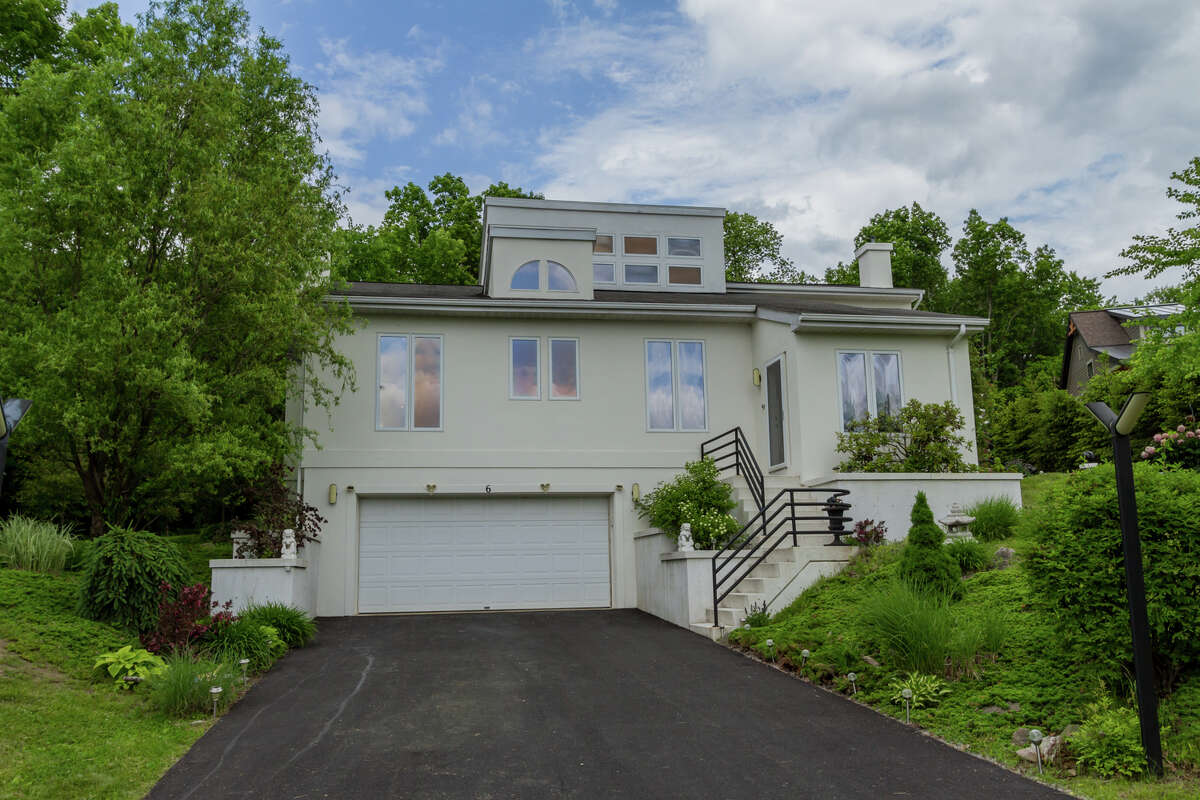 House of the Week: 6 Cedar Bluff Court, Stillwater   Realtor: Meg Minehan of Roohan Realty   Discuss: Talk about this house