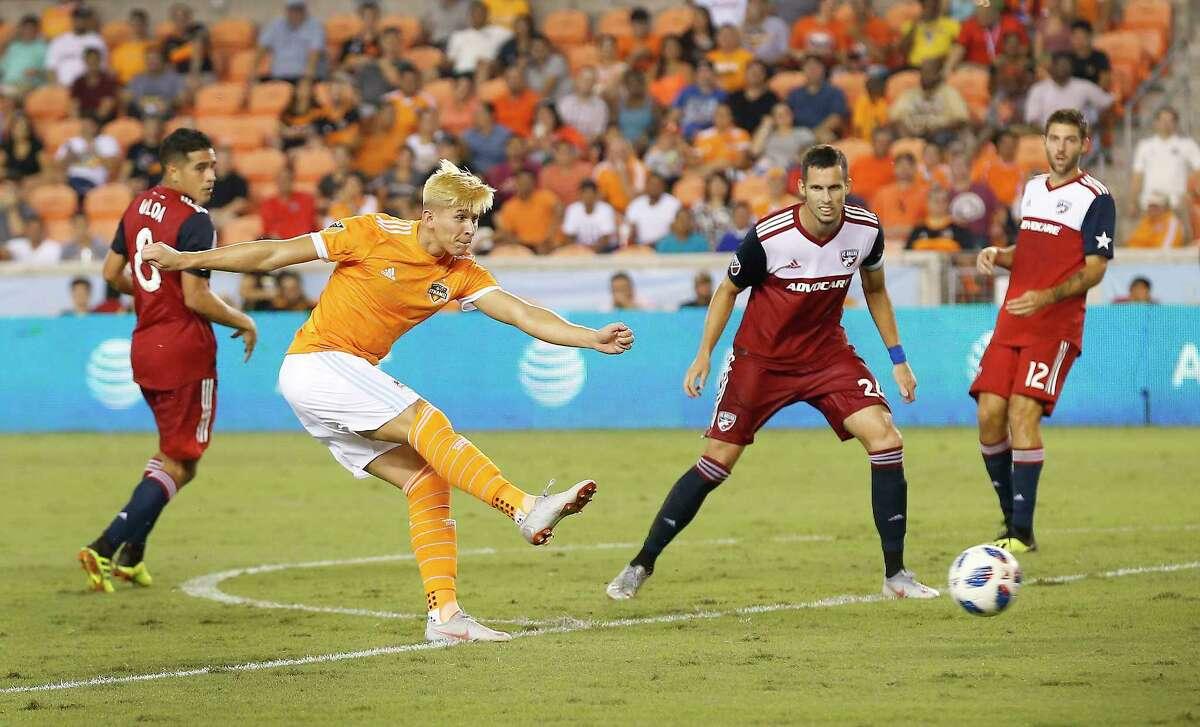 Ronaldo Pena (21) scores a goal during a MLS game Thursday, Aug. 23, 2018, in Houston.