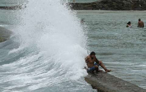 High surf slams Hawaii restaurant, drenches diners - SFGate