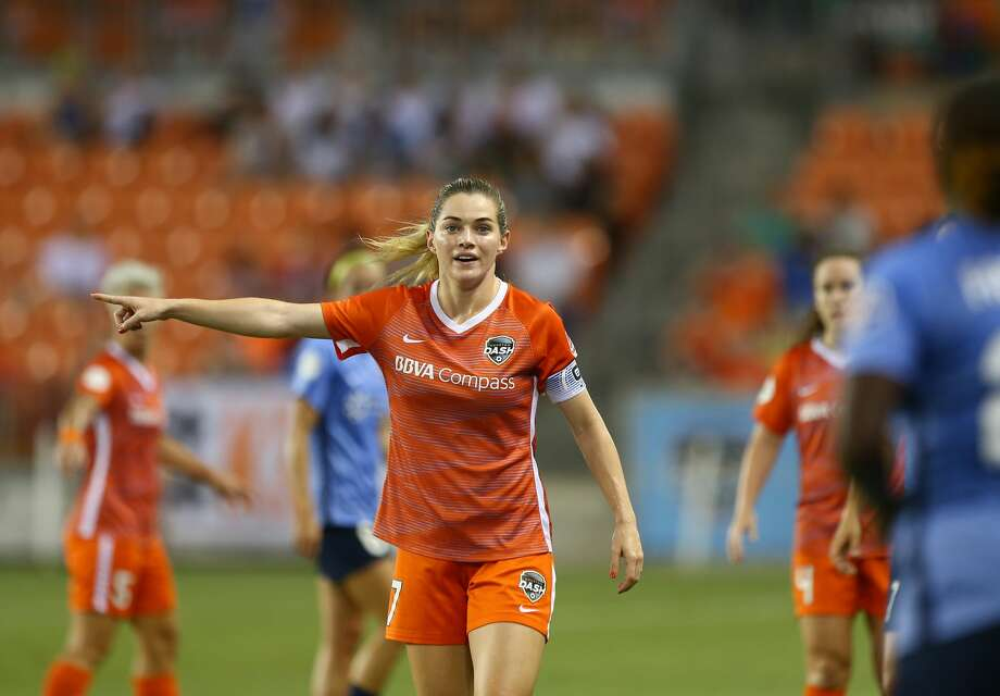 Houston Dash forward Kealia Ohai (7) signals to a teammate before a throw-in by Sky Blue FC during the first half of an NWSL match at BBVA Compass Stadium Saturday, Aug. 25, 2018, in Houston. Photo: Godofredo A. Vasquez/Staff Photographer