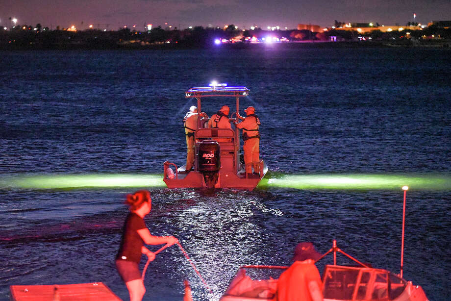 Texas Game Warden and Webb County Sheriffs deputies search the waters of Lake Casa Blanca on Saturday, Aug. 25, 2018 after a drowning was reported. Photo: Danny Zaragoza/Laredo Morning Times