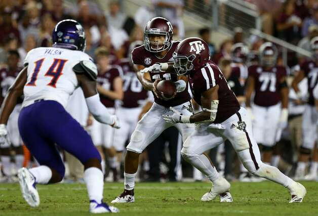 Texas A&M Aggies quarterback Kellen Mond (11) hands the ball off to running back Trayveon Williams (5) during the second quarter of the NCAA game against the Northwestern State Demons at Kyle Stadium Thursday, Aug. 30, 2018, in College Station, Texas. Photo: Godofredo A. Vasquez/Staff Photographer