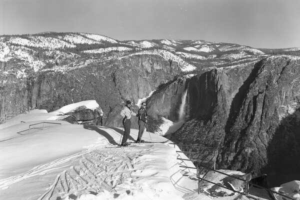 Photographer captures majestic Yosemite engagement photo — he just
