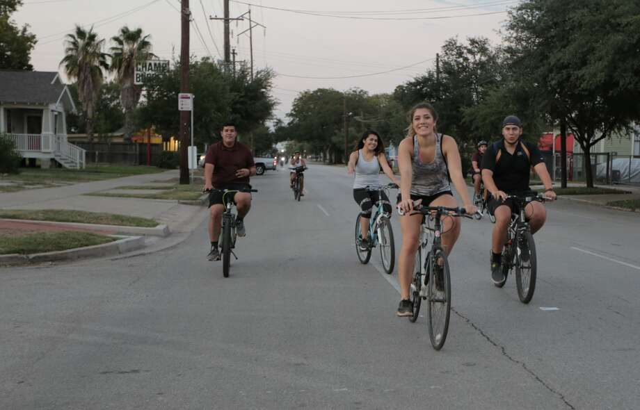 Houstonians enjoy weekend of bike rides, beach volleyball ahead of Labor Day rain
