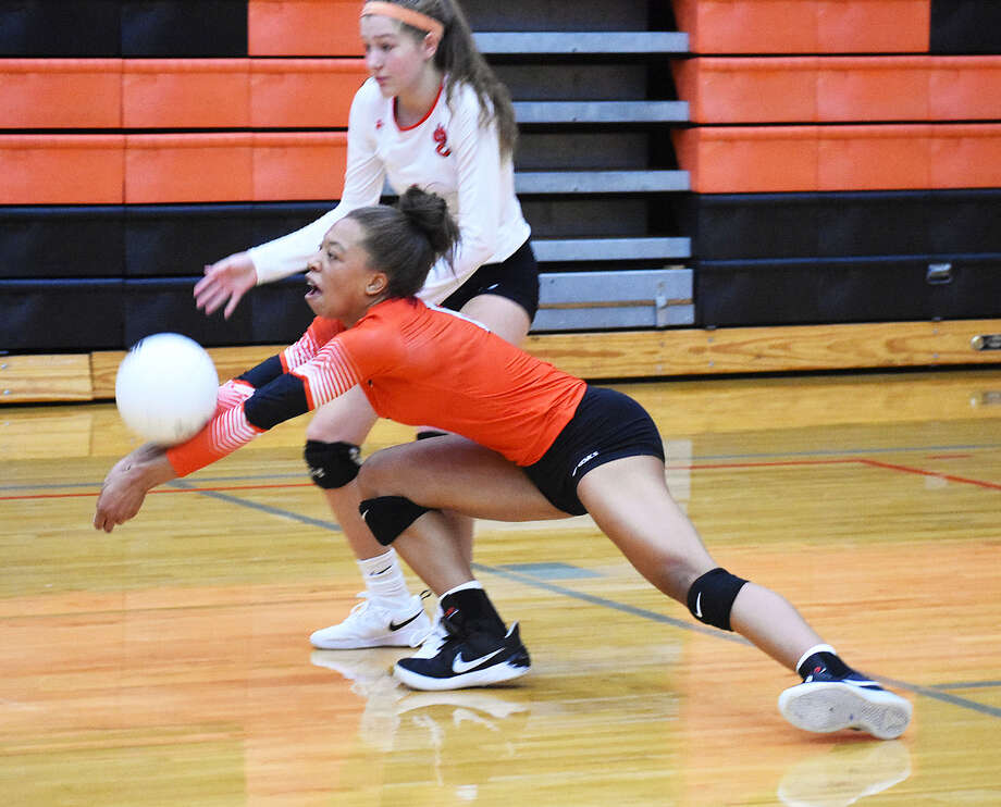 Edwardsville's Alexa Harris makes a dig in front of teammate Kaitlyn Conway  during the second game of the match against Eureka on Saturday. Photo: Matthew Kamp