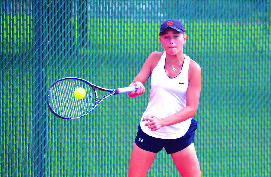 Edwardsville sophomore Grace Hackett returns a shot during her No. 6 singles match on Saturday against New Trier 1 in the semifinals of the Heather Bradshaw Invitational. Photo: Scott Marion