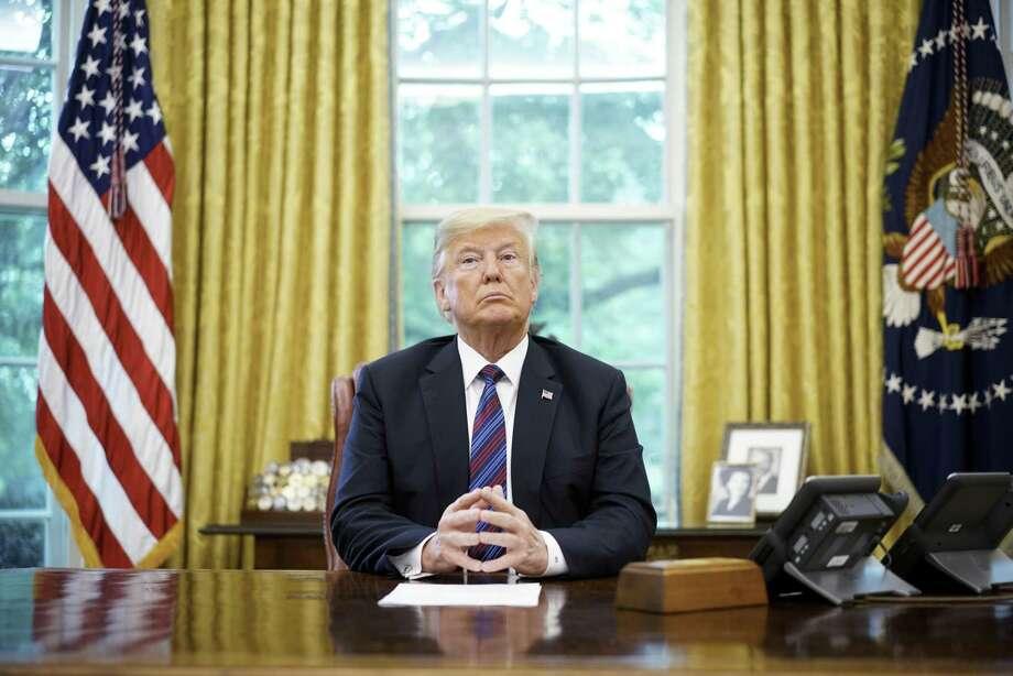 (ARCHIVO) En esta foto tomada el 27 de agosto de 2018, el presidente Donald Trump escucha durante una conversación telefónica con el presidente de México, Enrique Peña Nieto sobre el tratado en la Oficina Oval de la Casa Blanca. El 1 de septiembre, Trump amenazó con excluir a Canadá del nuevo acuerdo TLCAN después de negociaciones para reformular el pacto que terminaron sin un acuerdo el 31 de agosto. Photo: Mandel Ngan /AFP /Getty Images / AFP or licensors