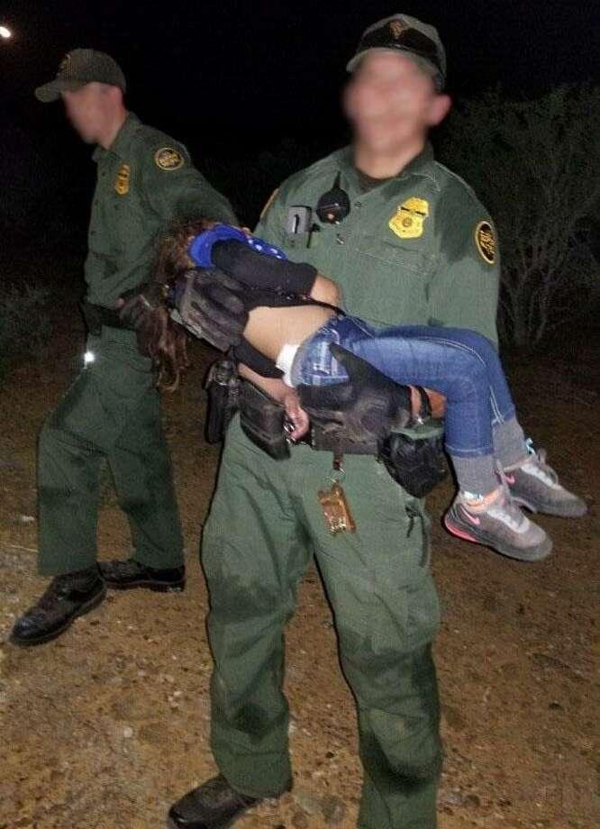 Un agente de la Patrulla Fronteriza de la Estación Zapata ayuda a cargar a una pequeña de 3 años de edad durante una operación de rescate. Photo: Foto De Cortesía /Patrulla Fronteriza