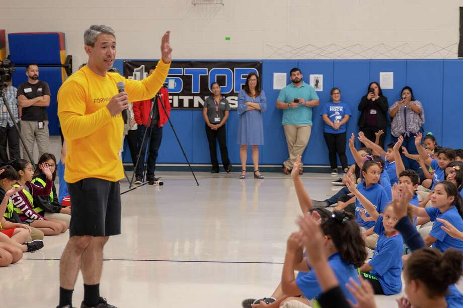 Mayor Ron Nirenberg exercised with 140 4th and 5th graders to stress the benefits of living a healthy lifestyle on Tuesday, September, 4, 2018 at Stafford Elementary. Photo: Edgewood ISD