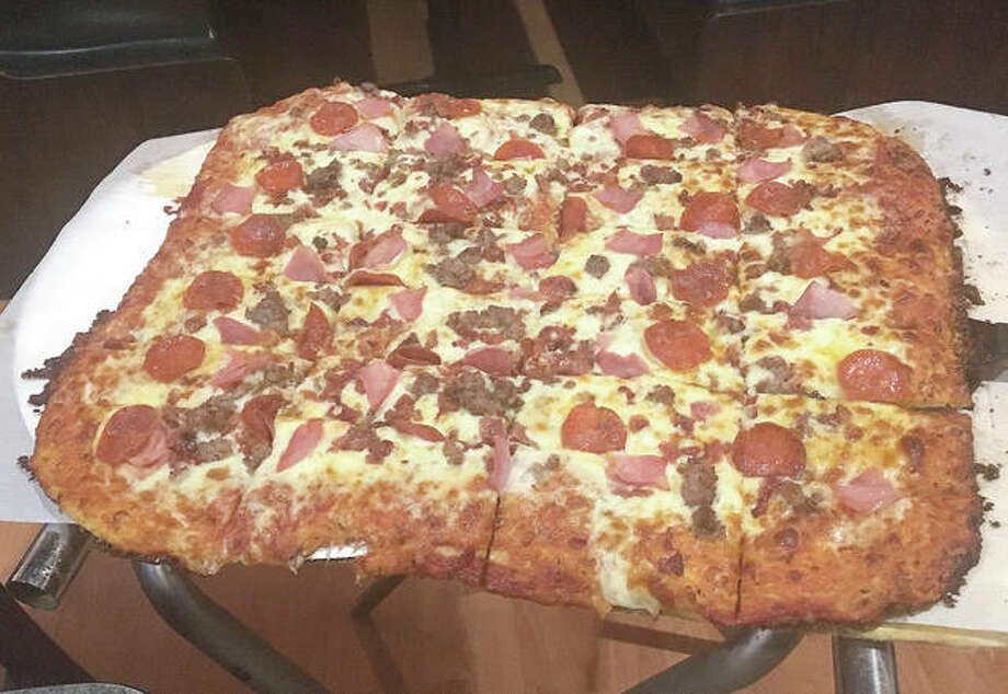 The 18-inch jumbo Meata Pizza from Alfonzo's Pizzeria, located at 611 Edwardsville Rd. in Troy. Photo: Bill Roseberry For The Edge
