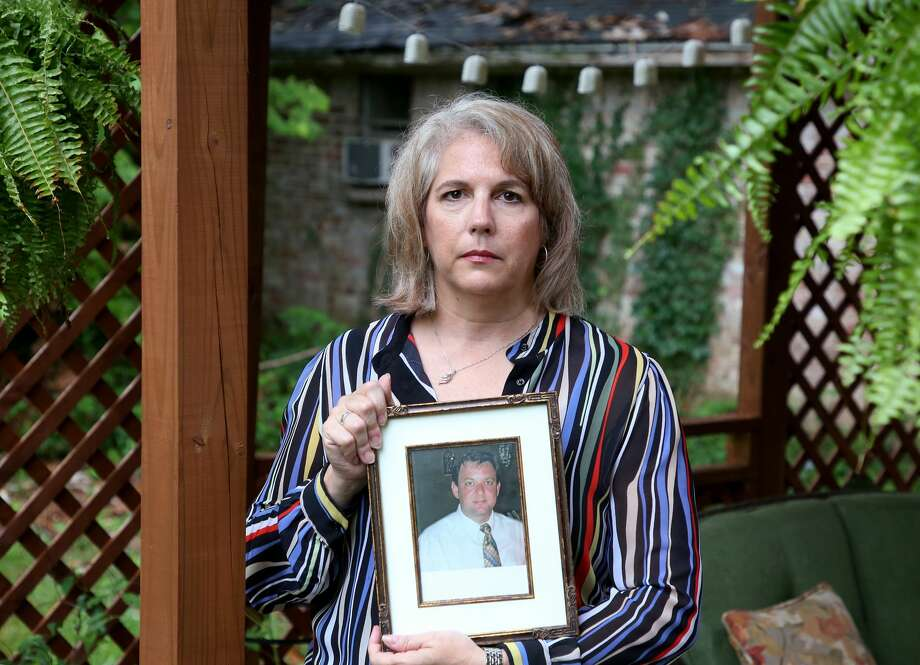 Mishann Childers holds a photograph of her husband, Wayne Childers, who police say was killed in a crash involving a drunken driver. Photo: Godofredo A. Vasquez/Staff Photographer