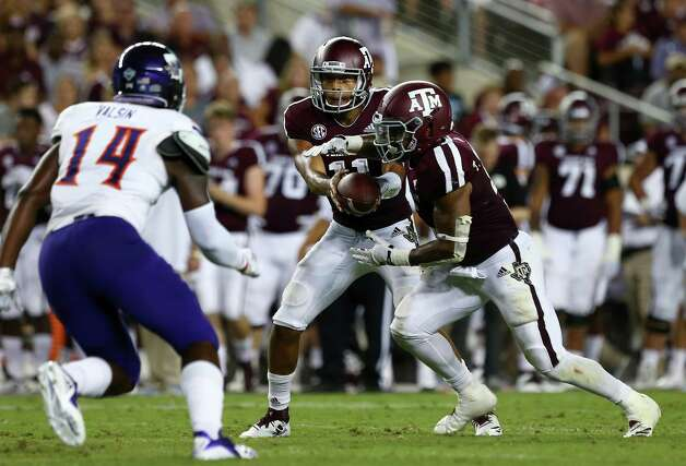 Texas A&M Aggies quarterback Kellen Mond (11) hands the ball off to running back Trayveon Williams (5) during the second quarter of the NCAA game against the Northwestern State Demons at KyleFieldThursday, Aug. 30, 2018, in College Station, Texas. Photo: Godofredo A. Vasquez, Houston Chronicle / Staff Photographer / 2018 Houston Chronicle