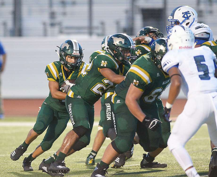 Pablo Tovar carries the ball for a touchdown for the Nixon Mustangs as they faced off against the Cigarroa Toros, Friday, September 7, 2018 at Shirley Field. Photo: Cuate Santos /Laredo Morning Times / Laredo Morning Times