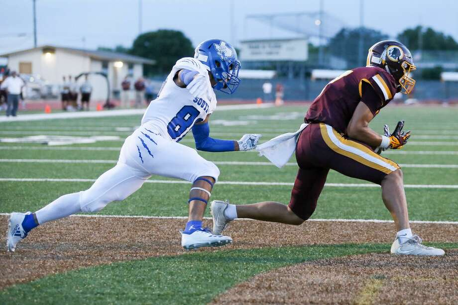 Harlandale's Steven Ruiz (right) hauls in a nine-yard touchdown reception in front of South San's Steven Sifuentes during the first half of their high school football game at Harlandale Memorial Stadium on Friday, Sept. 7, 2018. Photo: Marvin Pfeiffer, Staff / San Antonio Express-News / Express-News 2018