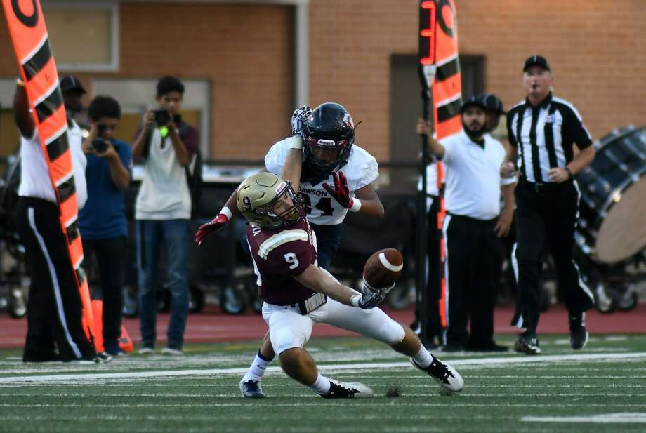Summer Creek senior wide receiver Tyler Via (9) tries to finish a catch against Pearland Dawson defender David Fisher during the first quarter of their matchup at Turner Stadium in Humble on Sept. 8, 2018. Photo: Jerry Baker, Houston Chronicle / Contributor / Houston Chronicle